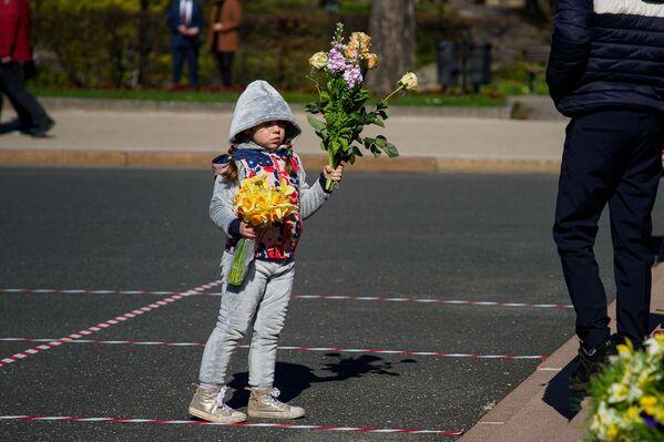 Meitene ar ziediem - Sputnik Latvija