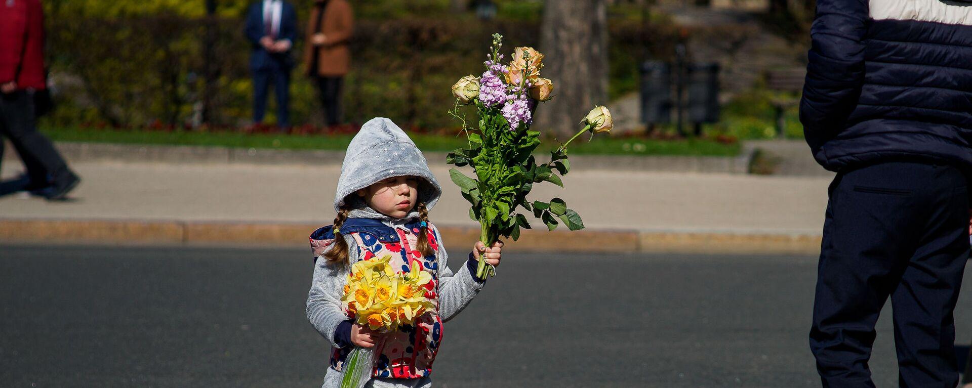 Девочка с цветами - Sputnik Latvija, 1920, 07.05.2021