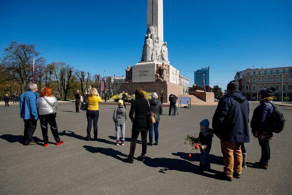 Cilvēki pie Brīvības pieminekļa Latvijas neatkarības atjaunošanas dienā - Sputnik Latvija