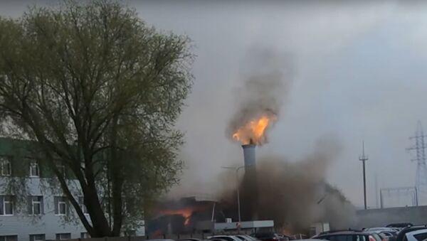 Взрыв и пожар на предприятии в литовской Клайпеде сняли на видео - Sputnik Латвия