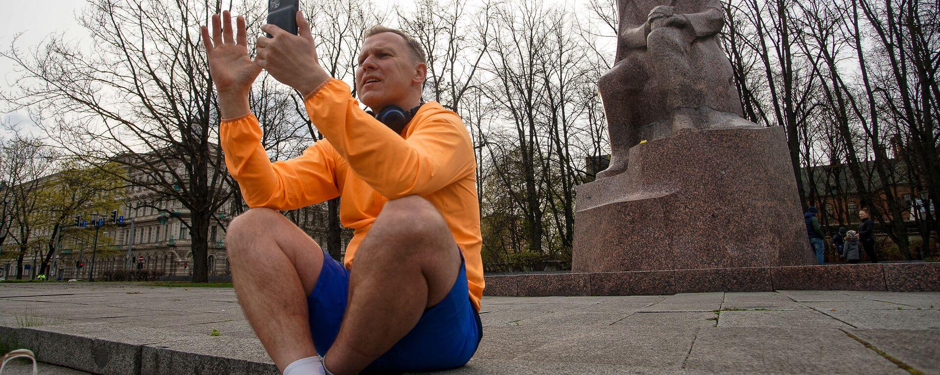 Поначалу Алдис Гобземс общался преимущественно со смартфоном - Sputnik Латвия, 1920, 12.05.2021