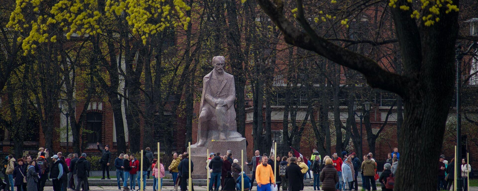 Люди собрались на Эспланаде у памятника Райниса в поддержку Алдиса Гобземса, который вышел погулять - Sputnik Латвия, 1920, 05.05.2021