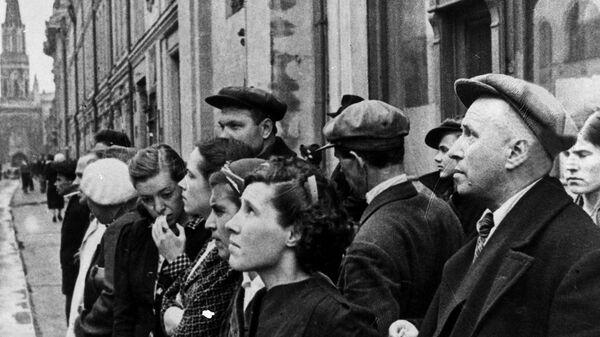 Maskavas iedzīvotāji klausās paziņojumu par kara sākšanu 1941. gada 22. jūnijs - Sputnik Latvija