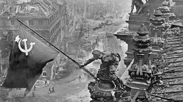 Знамя Победы над Берлином, 1945 год - Sputnik Латвия