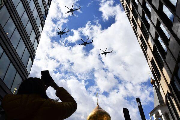 Trieciena helikopteri Mi-28N Nochnoi okhotnik parādes mēģinājumā - Sputnik Latvija