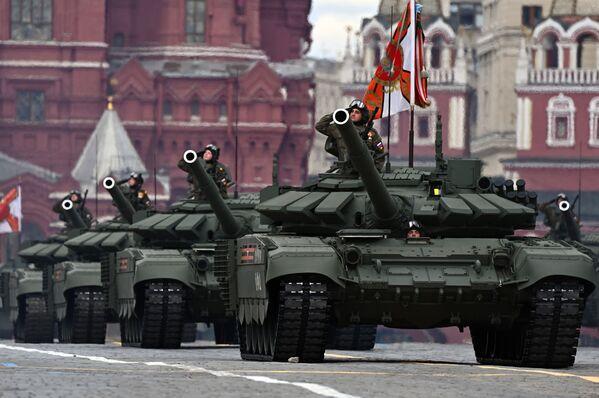 Tanks T-72BZM Uzvaras Lielajā Tēvijas karā 76. gadadienai veltītās parādes ģenerālmēģinājumā Maskavā - Sputnik Latvija