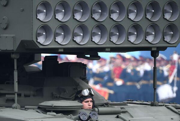 Smagās liesmumetēja sistēmas TOS-1A Solncepyok ekipāžas loceklis - Sputnik Latvija
