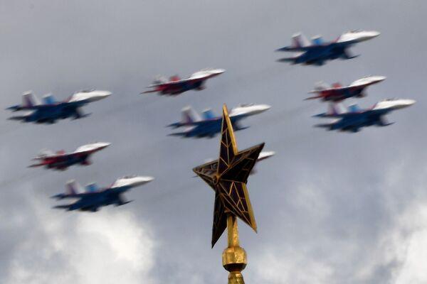 Pilotāžas grupu Russkije vityazi un Strizhi iznīcinātāju MiG-29 un Su-30SM ierinda Kubas briljants - Sputnik Latvija