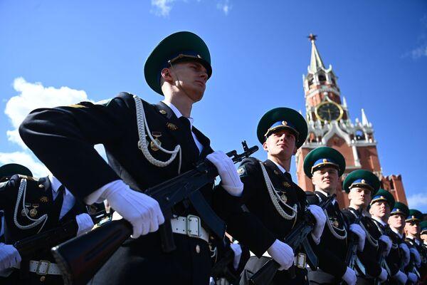 Parādes vienību karavīri parādes ģenerālmēģinājumā - Sputnik Latvija