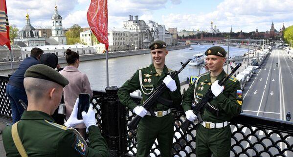 Karavīri uz tilta Maskavā - Sputnik Latvija