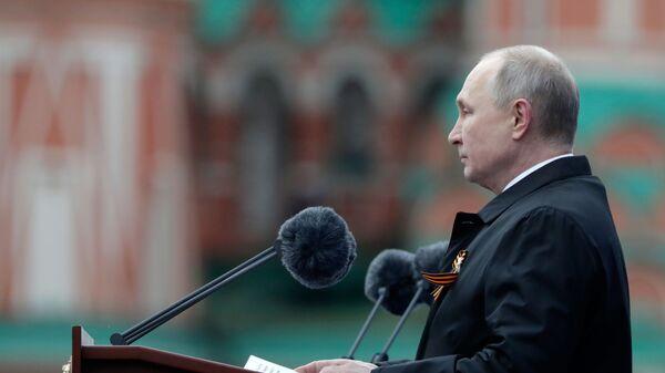 Президент РФ В. Путин на военном параде в честь 76-й годовщины Победы в ВОВ - Sputnik Латвия