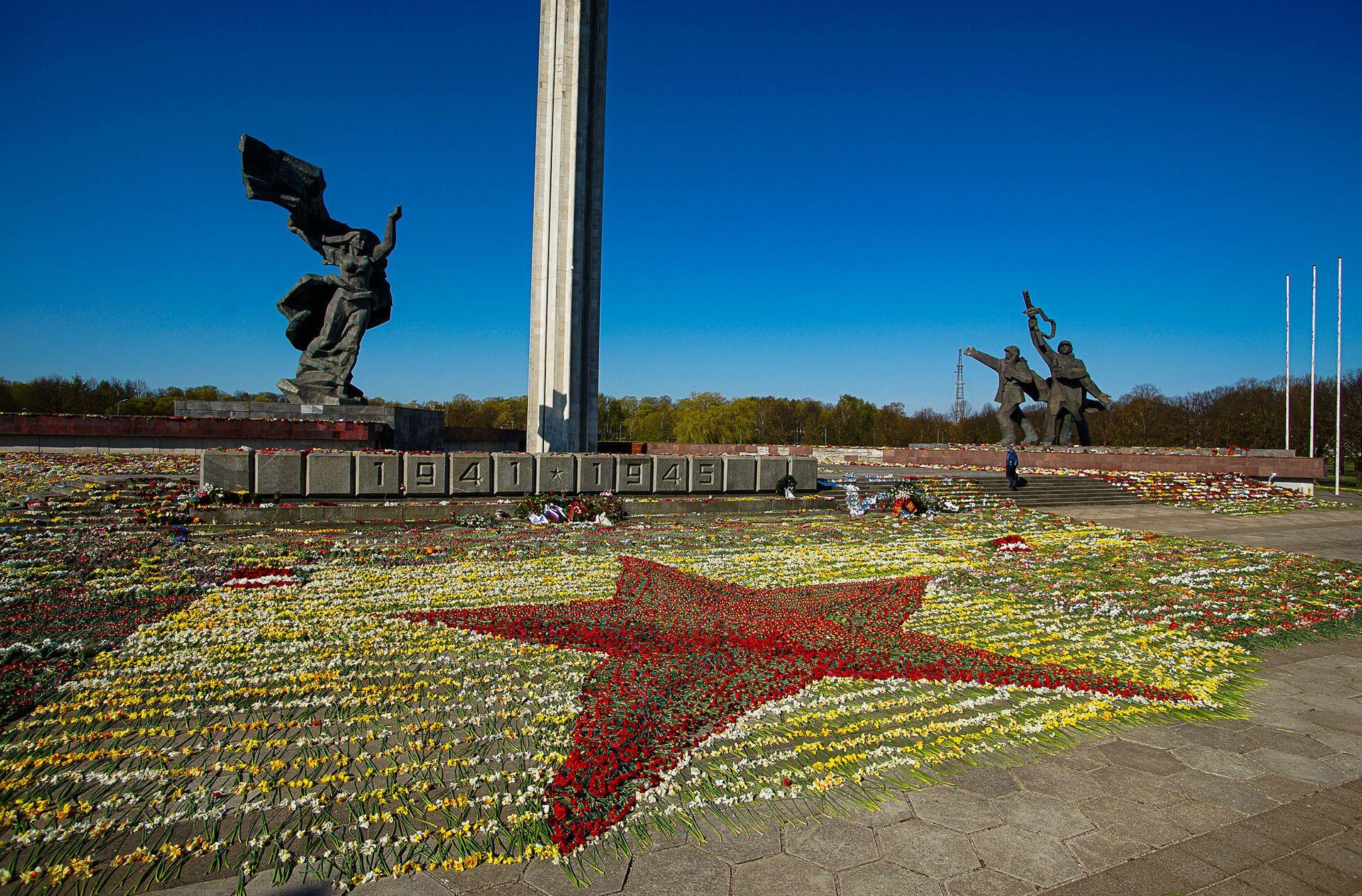Красная звезда из цветов у памятника Освободителям Риги, выложенная волонтерами - Sputnik Латвия, 1920, 09.07.2021