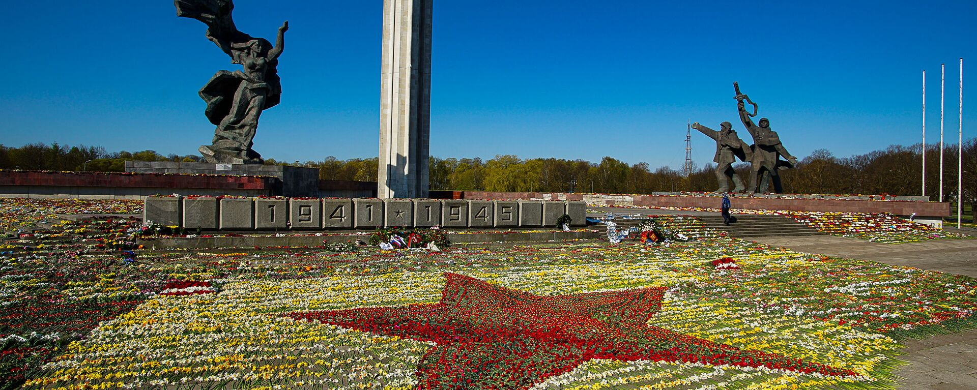 Красная звезда из цветов у памятника Освободителям Риги, выложенная волонтерами - Sputnik Latvija, 1920, 11.05.2021