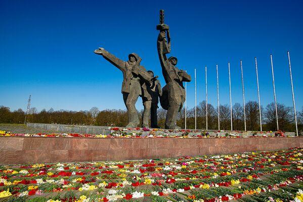 Piemineklis Rīgas Atbrīvotājiem - Sputnik Latvija