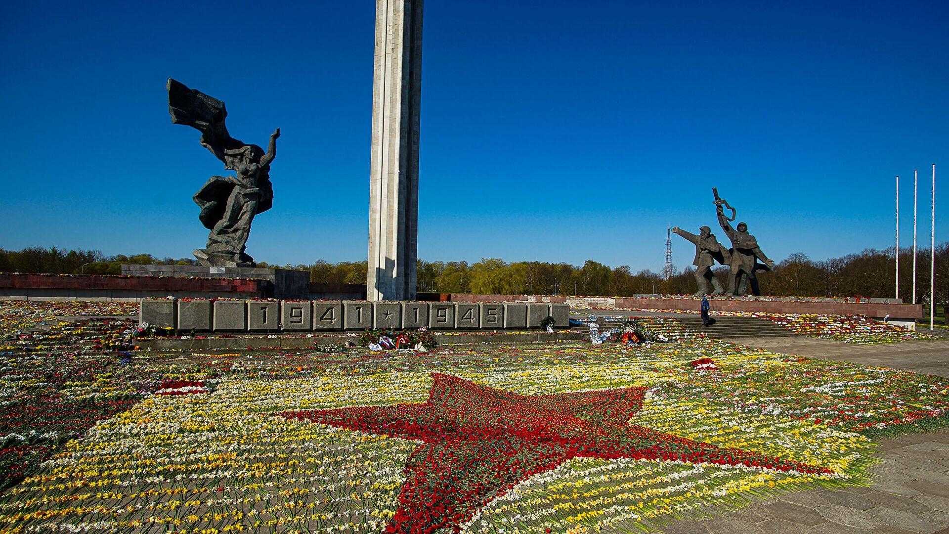 Красная звезда из цветов у памятника Освободителям Риги, выложенная волонтерами - Sputnik Латвия, 1920, 22.06.2021