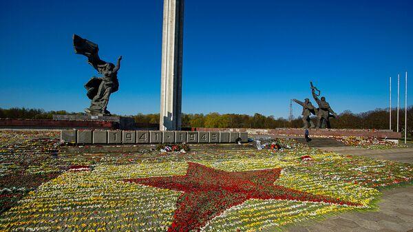 Красная звезда из цветов у памятника Освободителям Риги, выложенная волонтерами - Sputnik Латвия