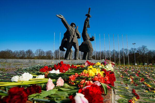 Ziedi pie Uzvaras pieminekļa Rīgā - Sputnik Latvija