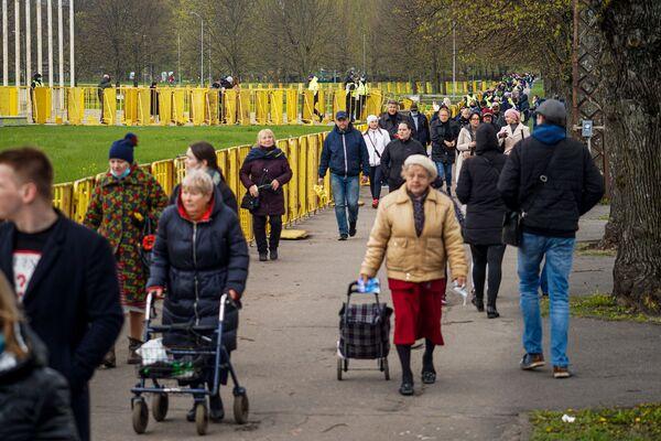9. maijs pie Uzvaras pieminekļa Rīgā - Sputnik Latvija