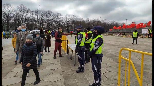 Uzvaras diena pie Uzvaras pieminekļa Rīgā - Sputnik Latvija