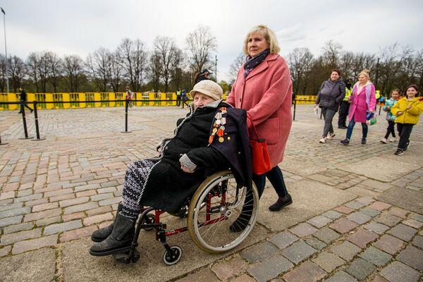 Lielā Tēvijas kara veterāns pie Uzvaras pieminekļa Rīgā - Sputnik Latvija