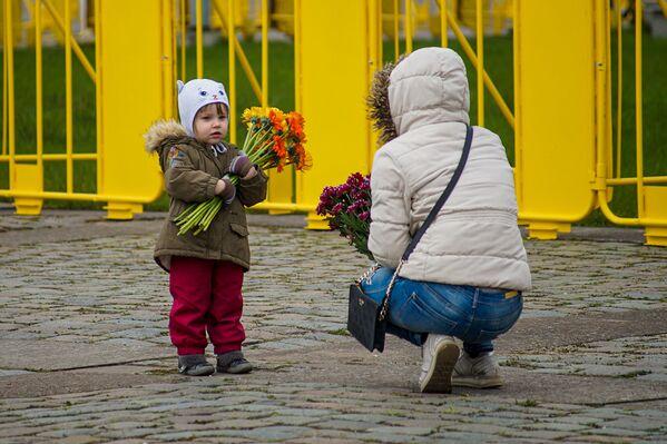 Meitene ar ziediem pie Uzvaras pieminekļa Rīgā - Sputnik Latvija