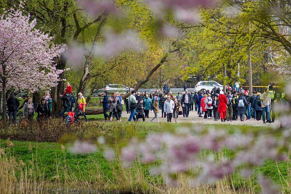 Cilvēki sapulcējās pie Uzvaras pieminekļa Rīgā par godu Uzvaras svētkiem  - Sputnik Latvija