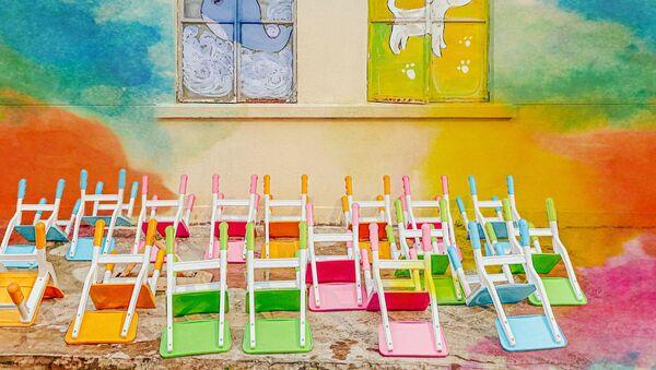 Перевернутые детские стулья - Sputnik Латвия
