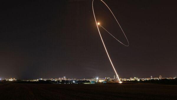 Система противовоздушной обороны Израиля Iron Dome перехватывает ракету, запущенную из сектора Газа - Sputnik Латвия