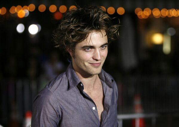 Britu aktieris Roberts Pattinsons dzimis 1986. gada 13. maijā Londonā. Jaunībā viņš strādāja par modeli, kā arī piedalījās amatieru teātra izrādēs - Sputnik Latvija