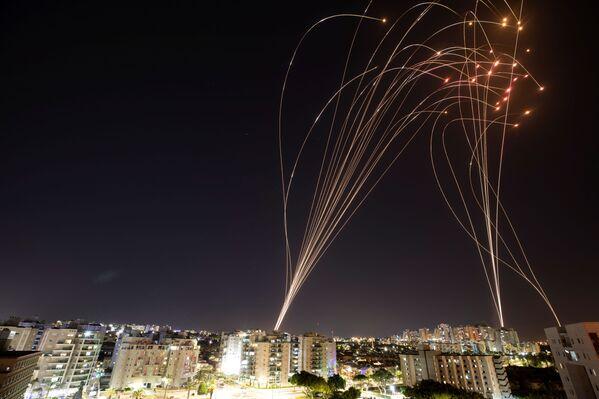 Izraēlas pretraķešu sistēma Iron Dome pārver raķetes, kas pret Izraēlu palaistas no Gazas sektora - Sputnik Latvija