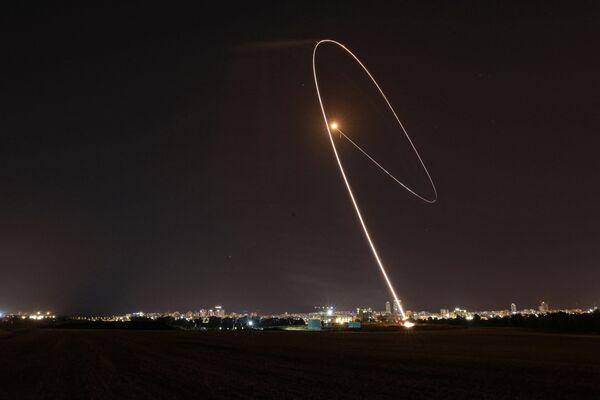 Izraēlas pretgaisa aizsardzības sistēma Iron Dome pārtver no Gazas sektora palaistu raķeti - Sputnik Latvija