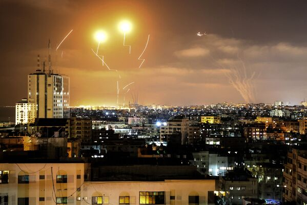 No Gazas sektora pret Izraēlu palaistās raķetes - Sputnik Latvija