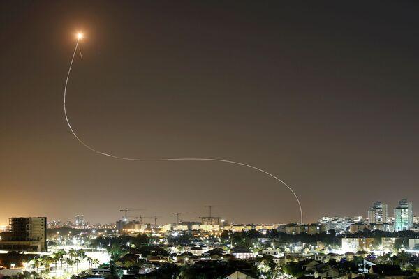 Izraēlas pretgaisa aizsardzības sistēma Iron Dome iedarbojas, lai pārtvertu raķetes, kas palaistas no Gazas sektora - Sputnik Latvija