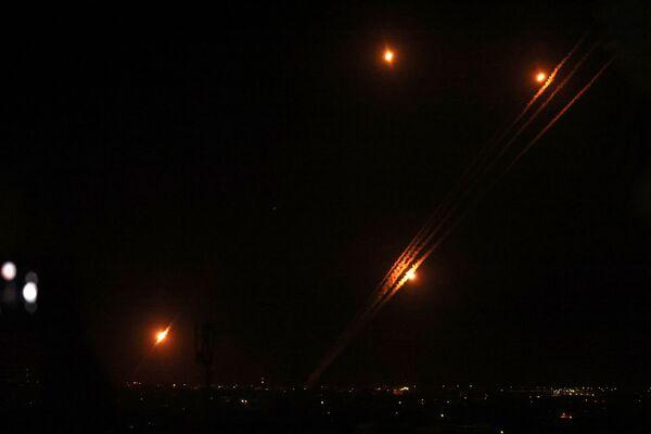 Raķetes tiek izšautas no Rafahas Gazas sektora dienvidu daļā - Sputnik Latvija