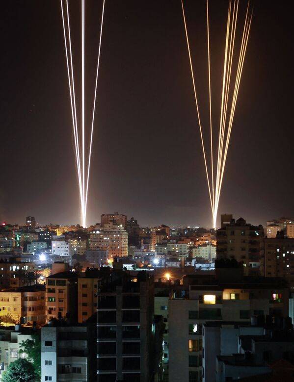 Raķetes tiek palaistas no Gazas pilsētas, ko kontrolē Palestīnas kustība HAMAS. Apšaudi tā sāka, atbildot uz Izraēlas aviācijas triecienu pa 12 stāvu ēku pilsētā - Sputnik Latvija