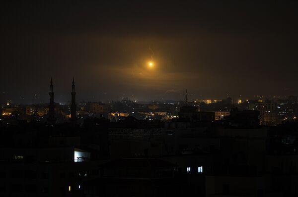 Uzliesmojumus debesīs virs Gazas - Sputnik Latvija