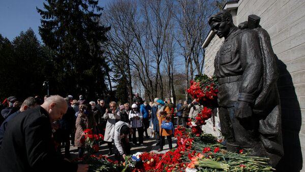 Возложение цветов к монументу Павшим во Второй мировой войне на Военном кладбище в Таллине, 9 мая 2021 - Sputnik Латвия