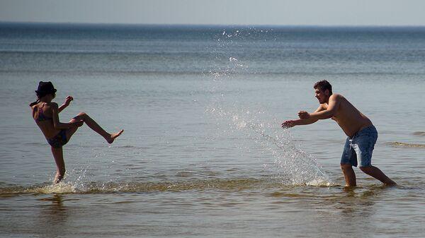 Дети купаются в море в Юрмале - Sputnik Latvija