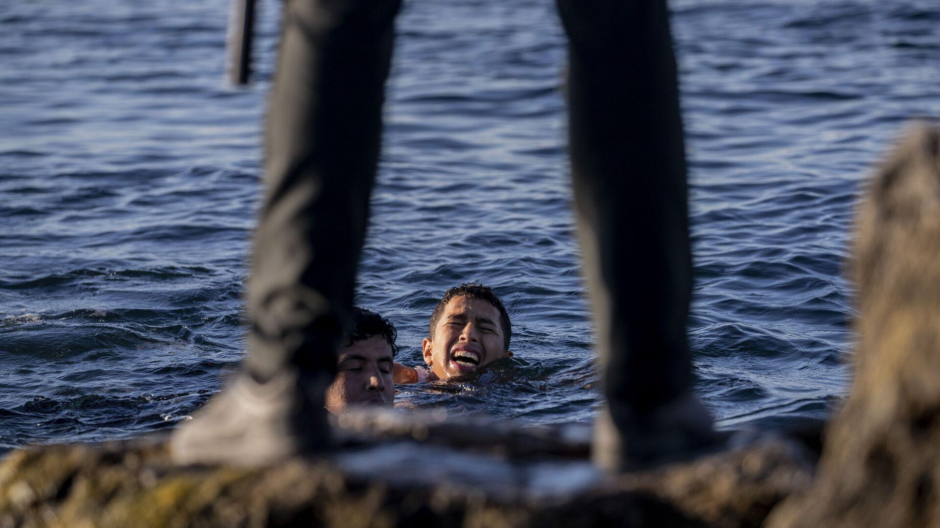 Представитель Испанской гражданской гвардии ожидает мигрантов на берегу в испанском анклаве Сеута, недалеко от границы Марокко и Испании - Sputnik Latvija, 1920, 27.05.2021