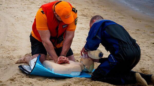 Спасатели Муниципальной полиции тренируются в оказании первой помощи - Sputnik Латвия