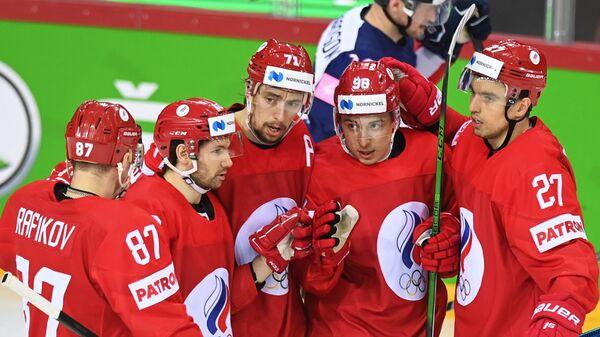 Игроки сборной России радуются забитой шайбе в матче против сборной Великобритании на групповом этапе чемпионата мира по хоккею 2021 - Sputnik Латвия
