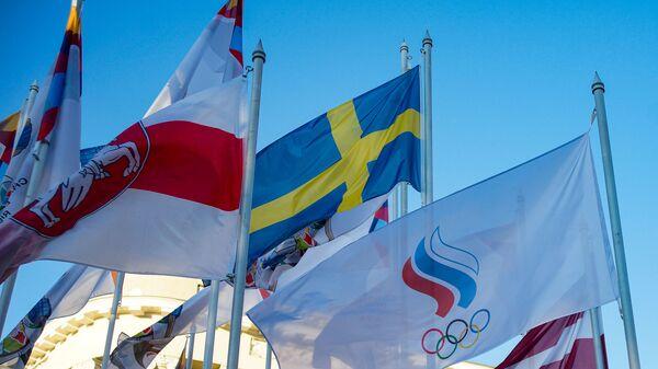 На флагштоках у гостиницы, где проживают хоккеисты сборных-участниц ЧМ-2021, сняли флаги Беларуси и России и заменили на флаги белорусской оппозиции и Олимпийского комитета России - Sputnik Латвия
