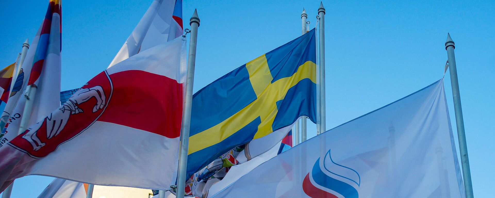 На флагштоках у гостиницы, где проживают хоккеисты сборных-участниц ЧМ-2021, сняли флаги Беларуси и России и заменили на флаги белорусской оппозиции и Олимпийского комитета России - Sputnik Латвия, 1920, 25.05.2021