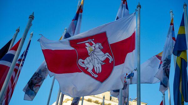 На флагштоках у гостиницы где проживают хоккеисты сборных участников ЧМ-2021 сняли флаги Беларуси и России и заменили на флаги Белорусской опозиции и Флаг олимпийского комитета России.  - Sputnik Латвия
