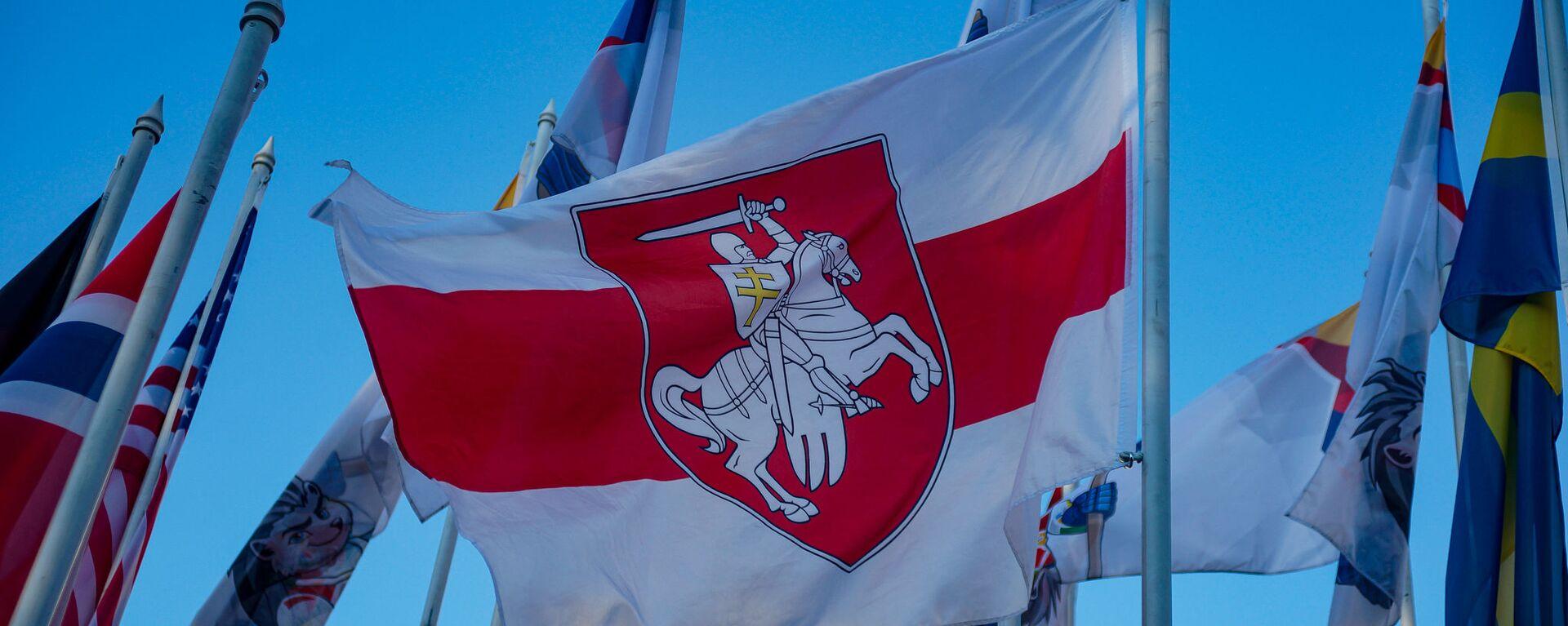 На флагштоках у гостиницы где проживают хоккеисты сборных участников ЧМ-2021 сняли флаги Беларуси и России и заменили на флаги Белорусской опозиции и Флаг олимпийского комитета России.  - Sputnik Latvija, 1920, 26.05.2021
