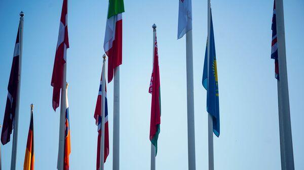 У здания Олимпийского центра флаг Республики Беларусь на месте - Sputnik Латвия
