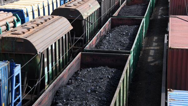 Товарные поезда с углем  - Sputnik Латвия