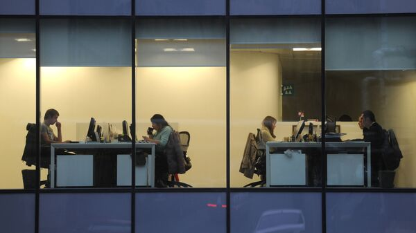 Сотрудники в офисе - Sputnik Latvija
