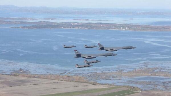 Американские стратегические бомбардировщики B-1B Lancer в сопровождении истребителей F-35 ВВС Норвегии - Sputnik Latvija