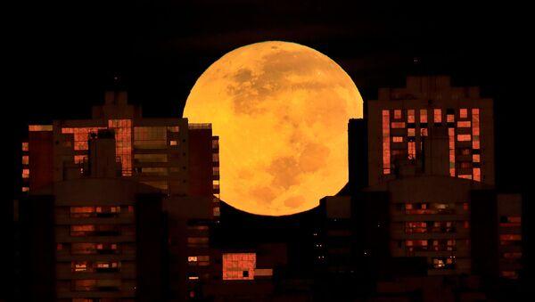 Лунное затмение на рассвете в Бразилии - Sputnik Латвия